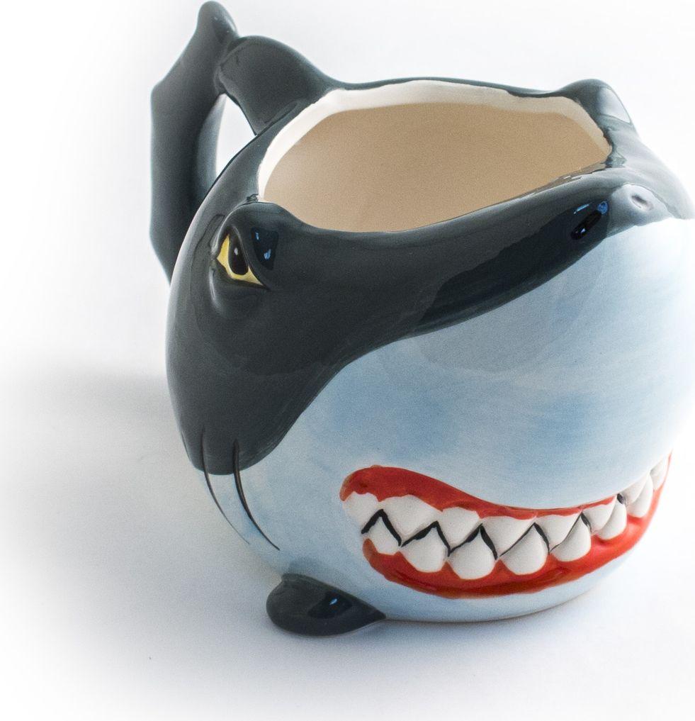 Кружка Эврика Акула, цвет: голубой98273Кружка акула цветная Кружка с характером - цветная керамическая кружка в виде оскалившейся акульей мордочки. Ручная подглазурная роспись делает каждую чашку особенной, а мультипликационные черты обитательницы морей никого не введут в заблуждение: наша акула только выглядит опасной, на самом деле, она стремится приносить пользу и создавать удобство.Материал: керамикаУпаковка: картонРазмеры кружки: 16х10х10 смРазмеры упаковки: 14.5х11х10 см