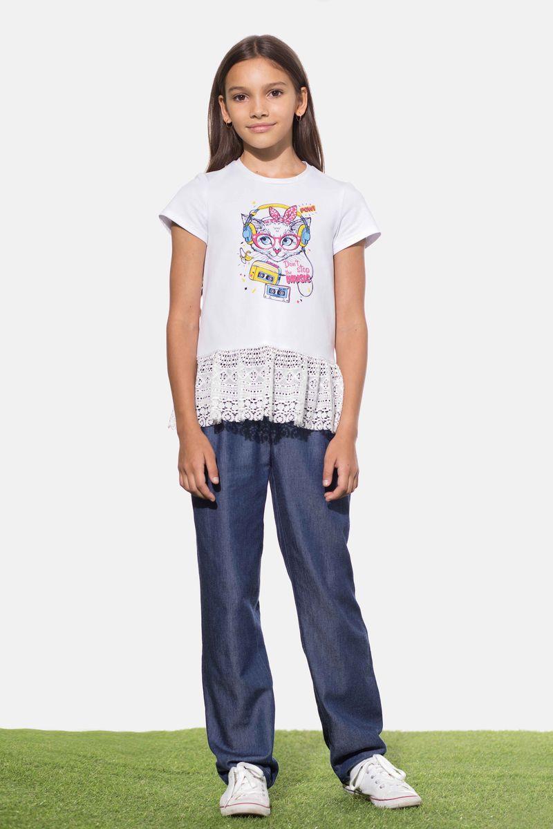 Брюки для девочки Смена, цвет: синий. 17с26. Размер 128/13417с26Джинсовые брюки из вискозы, зауженные к низу, с поясом и шлевками. Дополнены небольшими встречными складками спереди, наклонными боковыми и задними прорезными карманами с листочкой. Задняя часть пояса на резинке.