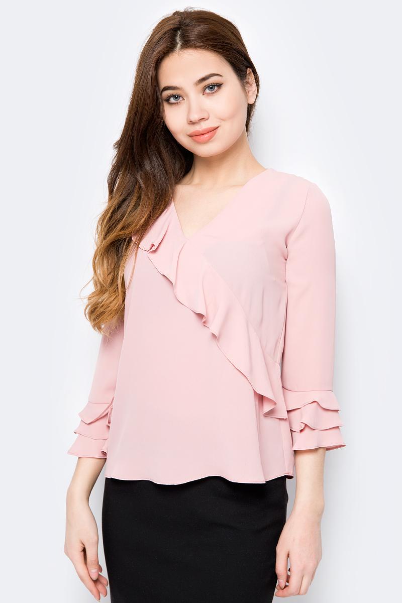 Блузка женская adL, цвет: светло-розовый. 11533836000_026. Размер M (44/46)11533836000_026Женская блузка от adL выполнена из полиэстера. Модель с рукавами 3/4 и V-образным вырезом горловины. Рукава по низу и передняя полочка декорированы воланами.