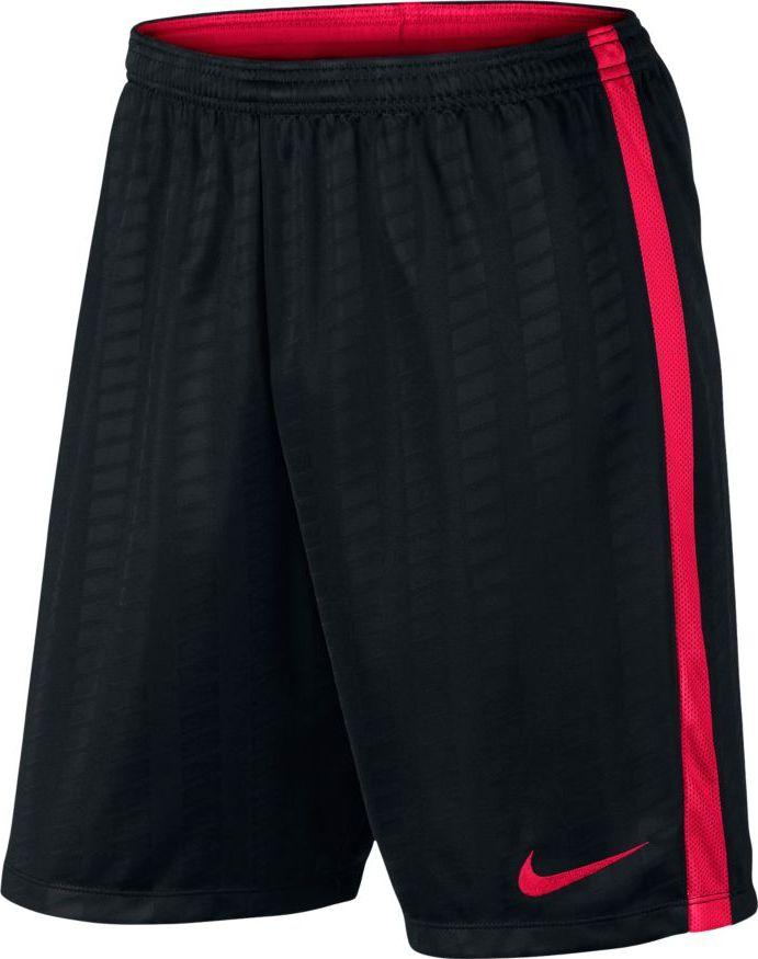 Шорты мужские Nike Football Short, цвет: черный, красный. 832971-016. Размер M (46/48)832971-016Мужские футбольные шорты от Nike с влагоотводящей технологией Dri-Fit и боковыми полосами из сетки для вентиляции обеспечивают комфорт, высокую скорость и охлаждение во время тренировки. Геометрический рисунок полос вплетен в ткань для создания стильного образа без снижения воздухопроницаемости. Технология Dri-Fit эффективно отводит влагу от кожи. Специальная ткань с вытканным воздухопроницаемым рисунком из геометрических полос. Легендарные боковые полоски Nike Football из дышащей сетки. Подкладка пояса выполнена из контрастной сетки. Плоский шнур-кулиса обеспечивает заниженную индивидуальную посадку.