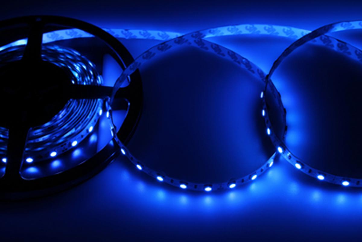 Светодиодная лента Neon-Night SMD 5050, 10мм, IP23, 60 LED/m, 12V, цвет: синий141-463Светодиодная лента - гибкая лента на самоклеящейся основе, на которой установлены светодиоды. Может использоваться в подсветке интерьеров, изготовлении световых рекламных конструкций и пр. Работает от напряжения 12 В, поэтому при подключении к обычной бытовой сети 220 В потребуется источник питания 12 В.• Светодиодная лента 12 В поставляется в катушках длиной 5 м. • Следуя несложной инструкции, можно легко отрезать и подключить ленту нужной длины (модуль резки 50 мм). Монтаж ленты осуществляется вручную с помощью дополнительных аксессуаров (профиль, коннекторы, диммеры) и не требует специальной квалификации. • Степень влагозащиты IP 23 - без влагозащиты, для установки внутри помещений.• 60 диодов/метр. • 12-14 Лм/диод.