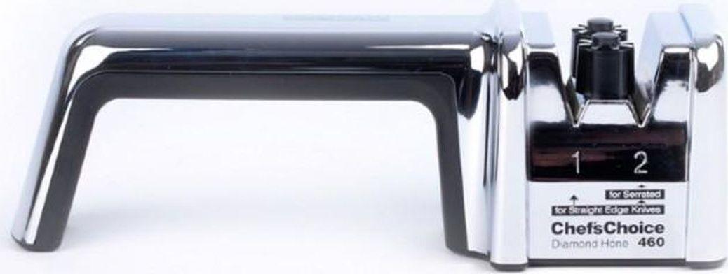 Ручная точилка подходит как для обычных, так и для серрейтированных ножей, и комбинирует в себе все главные и необходимые условия для профессиональной заточки: нужный угол заточки устанавливается благодаря запатентованным роликовым направляющим, заточка происходит в два этапа для более эффективного результата, точильные элементы покрыты 100% алмазными абразивами – самым прочным материалом для заточки в мире.  Для заточки обычного лезвия необходимо сначала провести ножом от 25 до 50 раз по слоту, помеченному цифрой 1, а затем – 10 раз по слоту номер 2 для финальной правки. Серрейтированные лезвия следует обрабатывать только во втором слоте.  Устройство достаточно компактно, чтобы его можно было взять с собой в поход или на охоту. Станок будет удобно использовать как правшам, так и левшам. Модель поставляется в удобном пылезащитном чехле.  Угол заточки: 20° Количество этапов заточки: 2 Стадия заточки: Есть Стадия доводки: Есть Стадия правки / полировки: Нет  Тип абразивного покрытия: Алмаз Рекомендована для: Кухонные ножи; Охотничьи ножи; Карманные ножи.