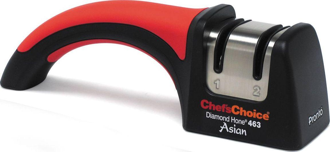 Точилка для ножей ChefsChoice, цвет: красный, черный. CH/463CH/463Механическая точилка предназначена исключительно для ножей с двухсторонней заточкой – японского типа и серрейторных. Точность угла, который составляет в этой модели 15°, обеспечивают устойчивые к повреждениям направляющие в виде стальных точильных дисков, покрытых 100%-м алмазным абразивом. Серрейторные ножи проходят только второй этап, после чего на их кромке создаются идеальные микроскопические зубцы правильной формы. Интересно то, что во время последующей эксплуатации зубчики перестают деформироваться и изделия гораздо дольше остаются острыми. Угол заточки: 15°Тип абразивного покрытия: Алмаз Рекомендована для: Азиатские ножи с асимметричной заточкой (Сантоку); Серрейтированные ножи; Азиатские ножи (с углом 15 градусов).