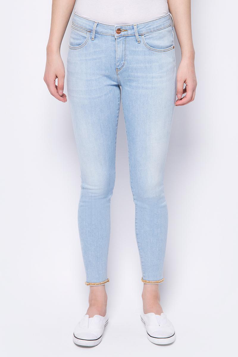 Джинсы женские Wrangler Crop Skinny, цвет: голубой. W28MGU146. Размер 29-30 (44/46-30)W28MGU146Стильные женские джинсы Wrangler станут отличным дополнением к вашему гардеробу. Джинсы модели-скинни выполнены из сочетания качественных материалов. Изделие мягкое и приятное на ощупь, не сковывает движения и позволяет коже дышать. Модель на поясе застегивается на пуговицу и ширинку на застежке-молнии, а также предусмотрены шлевки для ремня. Спереди расположены два втачных кармана и один секретный кармашек, а сзади - два накладных кармана. Изделиеукрашено нашивкой с названием бренда и модными потертостями.