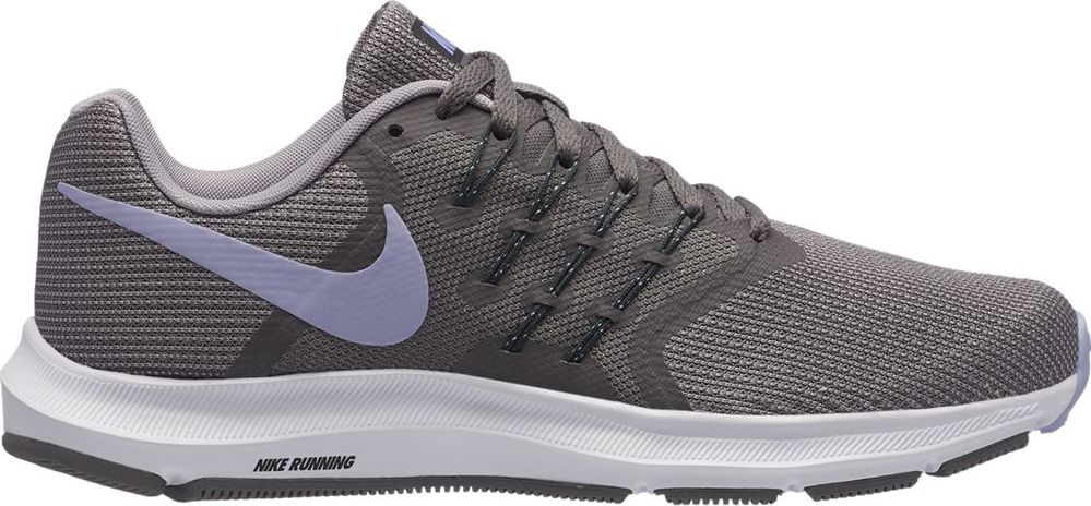 Кроссовки для бега женские Nike Run Swift Running Shoe, цвет: серый. 909006-015. Размер 7,5 (37,5)909006-015Женские беговые кроссовки Nike, выполненные из текстиля и пластика, дополнены фирменной нашивкой на язычке. Интегрированные нити Flywire надежно фиксируют среднюю часть стопы, а пеноматериал создает амортизацию.Конструкция из сетки обеспечивает зональную вентиляцию и поддержку. Шнурки с интегрированными нитями для регулируемой поддержки. Подошва с вафельным рисунком повышает амортизацию и упругость. Широкая передняя часть стопы не стесняет движений пальцев. Пеноматериал Cushlon обеспечивает мягкую, но упругую амортизацию и поддержку. Сетка с открытыми отверстиями в передней части стопы для легкости и воздухопроницаемости. Сетка с плотным плетением на боковой части создает надежную поддержку, не жертвуя воздухопроницаемостью. Подошва с рифлением обеспечивает отличное сцепление на любой поверхности. Мягкие и удобные кроссовки превосходно подчеркнут ваш спортивный образ и подарят комфорт.