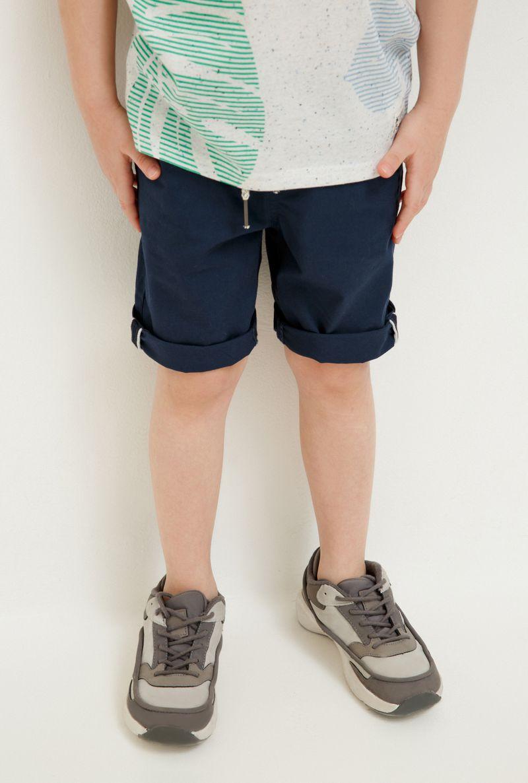 Шорты для мальчика Acoola Rain, цвет: темно-синий. 20120420033_600. Размер 10420120420033_600Удобные шорты для мальчика Acoola идеально подойдут вашему маленькому моднику. Изготовленные из 100% хлопка, они не сковывают движения, отводят влагу от тела и позволяют коже дышать, обеспечивая наибольший комфорт. Шорты прямого кроя имеют широкую эластичную резинку на поясе, которая надежно фиксирует изделие и не сдавливает животик малыша. Объем талии регулируется при помощи шнурка. Модель дополнена боковыми карманами спереди и накладными карманами сзади. Практичные и стильные шорты идеально подойдут вашему малышу, а модная расцветка и высококачественный материал позволят ему комфортно чувствовать себя в течение дня и всегда оставаться в центре внимания!