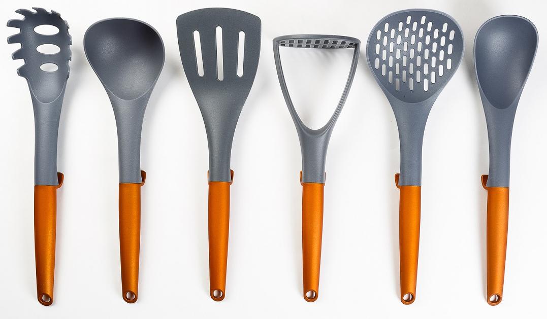 Набор кухонных принадлежностей Kupferberg включает: половник, картофелемялку, ложку  для спагетти, шумовку, лопатку, ложку большую. Кухонные аксессуары изготовлены из  высококачественного нейлона с приятной на ощупь прорезиненной пластиковой ручкой.  Изделия из такого материала рекомендуют использовать с посудой с антипригарным  покрытием, так как нейлон его не царапает.  Для удобства каждое изделие имеет петлю  для подвешивания. Кухонные аксессуары исключительно прочны, гигиеничны и химически  устойчивы по отношению к органическим кислотам, солям и щелочам. Мыть кухонные  принадлежности из нейлона лучше обычной губкой и жидким моющим средством.  Пользоваться металлическими мочалками, абразивными чистящими средствами и  средствами с хлором не рекомендуется.