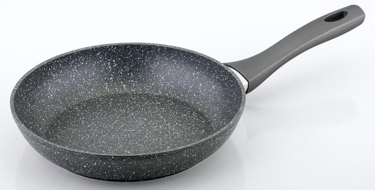 """Сковорода CS-Kochsysteme """"Emden"""" из кованого алюминия с мраморным покрытием. Такое покрытие защищает сковороду от царапин и истираний, тем самым продлевает срок службы сковороды. В состав покрытия не входят ПФОК и ПТФЭ и оно не навредит вашему здоровью. Сковорода нагревается равномерно, не создавая перегретых участков и холодных краев. Идеально подходит для приготовления пищи без масла. Удобная ручка защитит ваши руки от ожогов. Подходит для всех типов варочных поверхностей (включая индукционные). Можно мыть в посудомоечной машине."""