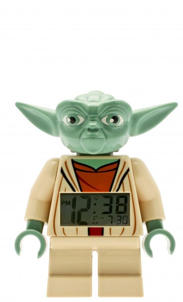 LEGO Star Wars Будильник Yoda9003080Если ваш ребенок не любит вставать по утрам, а монотонные звуки будильника вызывают у него слезы или апатию, то утреннее пробуждение необходимо сделать игрой. Для этого отлично подойдет красивый будильник от Лего. Новая яркая игрушка вызовет у вашего ребенка восторг и интерес, а изображение любимого героя вдохновит на подвиги. Применив немного фантазии, отход ко сну и утреннее пробуждение станут веселой игрой, к которой с удовольствием подключится ваш ребенок.Игрушка сделана в виде минифигурки, оснащена удобным цифровым дисплеем с подсветкой и функцией отсрочки звукового сигнала.В комплект входят 2 батарейки (ААА), инструкция по применению.
