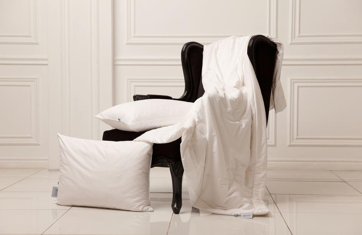 Одеяло Grass Familie Exclusive Silk. Familie Bio Line, всесезонное, наполнитель: шелк, цвет: белый, 150 х 200 смFB-8530Наполнитель из 100% шелка высшего сорта Mulberry делает одеяло невероятно легким и дышащим. Изысканный жаккард из 60% TENCEL и 40% хлопка обладает отличным охлаждающим эффектом и прекрасно регулирует влажность.Сухой и комфортный климат для сна.Стирка при температуре до 40С°.Не вызывает аллергии.