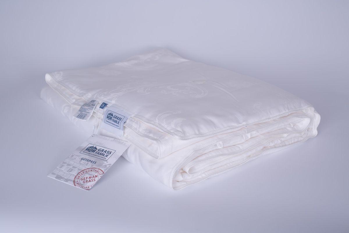 Одеяло Grass Familie Exclusive Silk. Familie Bio Line, легкое, наполнитель: шелк, цвет: белый, 140 х 205 смFB-8551Наполнитель из 100% шелка высшего сорта Mulberry делает одеяло невероятно легким и дышащим. Изысканный жаккард из 60% TENCEL и 40% хлопка обладает отличным охлаждающим эффектом и прекрасно регулирует влажность.Сухой и комфортный климат для сна.Стирка при температуре до 40С°.Не вызывает аллергии.