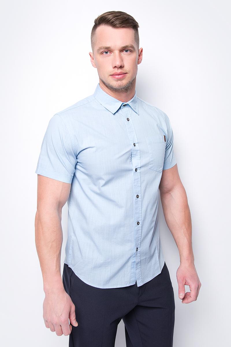 Рубашка мужская Sela, цвет: светло-голубой. Hs-212/790-8243. Размер 43 (52)Hs-212/790-8243Приталенная мужская рубашка, выполненная из 100% хлопка, подчеркнет ваш уникальный стиль и поможет создать оригинальный образ. Такой материал великолепно пропускает воздух, обеспечивая необходимую вентиляцию, а также обладает высокой гигроскопичностью. Рубашка с короткими рукавами и отложным воротником застегивается на пуговицы спереди. Имеется нагрудный карман.