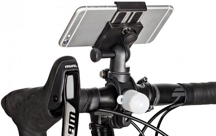 Держатель GripTight Bike Mount PRO & Light Pack с фонариком позволяет закрепить смартфон, велокомпьютер и другие аксессуары на велосипеде. Новый усовершенствованный зажим для смартфона надежно зафиксирует смартфон в чехле или без. Держатель Joby GripTight Bike Mount PRO & Light Pack имеет возможность установки смартфона в горизонтальное и вертикальное положение, менять угол наклона для исключения бликов на экране. Используя крепление Joby GripTight Bike Mount PRO & Light Pack с двумя посадочными местами, можно одновременно закрепить на руле велосипеда смартфон, фонарик, велокомпьютер и другие аксессуары. В качестве переднего белого и заднего красного фонари в комплекте с креплением на винт - 20, могут быть закреплены как непосредственно на самом держателе, так и отдельно на руле или под сидением велосипеда с помощью резиновым вставок (входят в комплект). Одно нажатие включает постоянный свет фонаря, два нажатия дает пульсирующий свет. Идущие в комплекте резиновые вставки позволяют установить крепление практически на любой руль диаметром от 22,2 мм до 35 мм. Это обеспечивает совместимость комплекта с широким модельным рядом горных, дорожных, гибридных велосипедов, круизеров и прочих.Совместим со смартфонами размером 56 мм - 91 мм