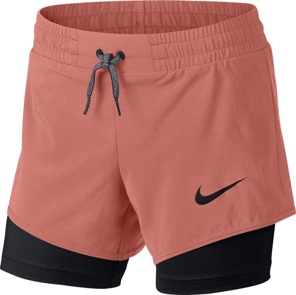 Шорты для девочки Nike Short 2in1, цвет: розовый, черный. 890296-693. Размер L (146/158)890296-693Шорты для тренинга для девочек Nike доказывают, что два лучше, чем один. Вшитые шорты отводят влагу, а эластичные внешние шорты дарят естественную свободу движений и комфорт в течение всего дня. Технология Dri-FIT обеспечивает вентиляцию и комфорт. Комбинация шорт для комфорта и свободы движений. Эластичный пояс с утягивающими шнурками для надежной посадки. Фирменный логотип Swoosh нанесен методом термопечати на нижней части левого бедра. Внутренние шорты с шаговым швом длиной 11,5 см предохраняют кожу от натирания. Внешние шорты с шаговым швом длиной 7,5 см обеспечивают свободу движений.
