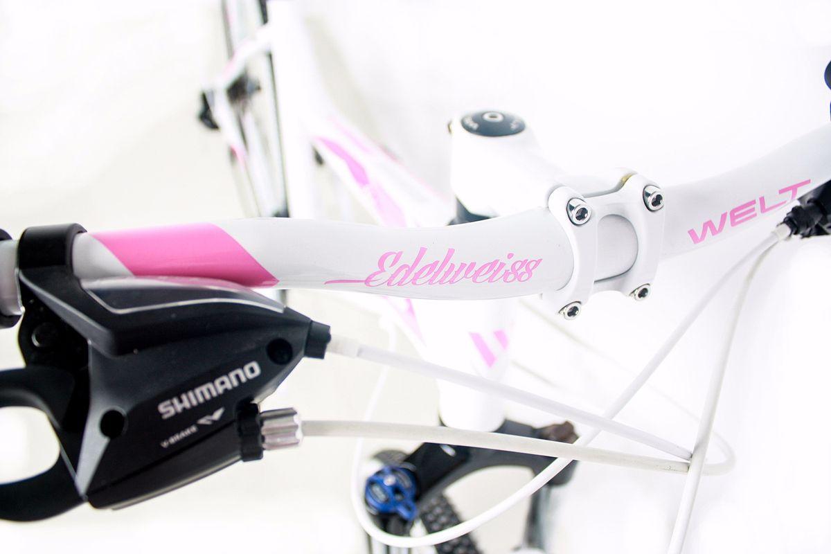 """Классический горный женский велосипед Welt Edelweiss 1.0 (2018) года, созданный для активных занятий фитнесом или частых прогулок с друзьями. Отличный вариант для леди, ищущих надежный и легкий велосипед для неторопливых прогулок по городским улочкам и паркам. Отличительной чертой данного велосипеда является яркий дизайн, получившийся благодаря белым элементам и в сочетании сцветом рамы. Welt Edelweiss 1.0 получился легким и прочным - это стало доступным благодаря использованию алюминиевого сплава в конструкции рамы. Благодаря амортизационной вилке Hagen MRK преодоление препятствий не составит для вас труда. Особенности и технологии: - Ободные тормоза V-brake,помогут быстро и плавно остановить велосипед в непредсказуемых ситуациях. - Модель оснащена подножкой. - Для катания по городу имеется функция блокировки амортизации вилки, что поможет сэкономить силы при движении по ровному асфальту. -технология #SPECIAL_TEEN_SERIE# - технология #EASY_FITNESS_GEOMETRY# Технические характеристики: Рама: Alloy 6061 Размер рамы: S, M Диаметр колес: 26 Количество скоростей: 21 Тип вилки: амортизационная Вилка: Hagen MRK 100mm MLO Передний переключатель: #Shimano# TZ-30 Задний переключатель: Shimano TY-300 Шифтеры : Shimano EF-500 3x7 Тип тормозов: #V_brake# Тормоза: Alloy YX-122 Система: steel 42/34/24 Кассета: Shimano TZ21 14-28T Тип рулевой колонки: 1-1/8"""" безрезьбовая Покрышки: Compass 26 x2,1"""