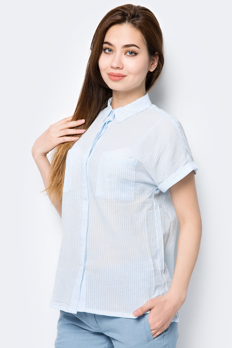 Блузка женская Sela, цвет: голубой. Bs-112/240-8233. Размер 48Bs-112/240-8233Блузка женская Sela выполнена из 100% хлопка. Модель свободного кроя с короткими рукавами с отложным воротником застегивается спереди на пуговицы и имеет два нагрудных кармана.