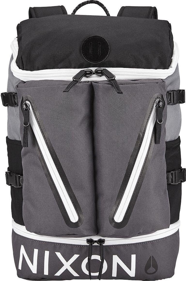 Рюкзак Nixon Scripps, цвет: черный, серый, белый, 26,5 л. C2605-2048-00C2605-2048-00Стильный и практичный рюкзак с весьма оригинальным верхним доступом к основному отделению. Имеется уплотнённый отсек для ноутбука, быстро добраться до которого можно при помощи молнии сбоку. Два объемных внешних кармана на молнии вместят необходимые мелочи и позволят держать их в быстром доступе.Особенности:Вместительное основное отделение Отделение для ноутбука с боковым доступом Два внешних кармана на молнии Мягкая прочная задняя панель Мягкие лямки Боковые эластичные сетчатые карманы Компрессионные ремни Нашивка с фирменным логотипом Объем: 26,5 л. Верх из прочного полиэстера 600D Подкладка из нейлон 210D