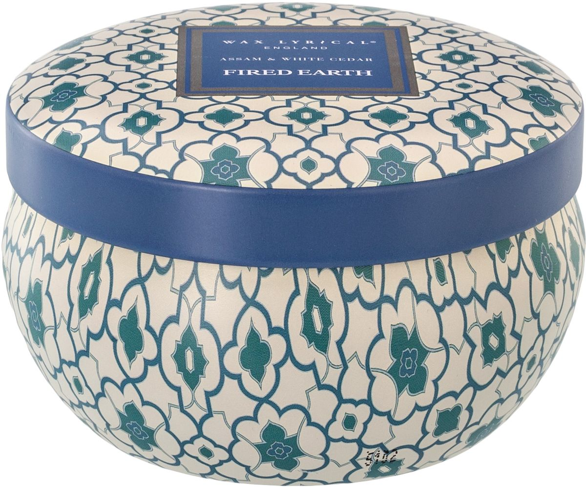 Свеча ароматическая Wax Lyrical Ассамский чай и белый кедр, 230 гFE0808Благородные восточные оттенки амбры, лабданума и масалы; древесное звучание кедра; тонизирующие нюансы герани и пачули. Особое очарование аромату придают нежный ландыш и фруктово-цитрусовые ноты. Украшением, задающим основную тональность композиции, служат аккорды дорогих сортов черного чая, собранного на востоке загадочной Индии в штате Ассам. Как правильно пользоваться свечами? Холодное время года особенно располагает к использованию свечей. И для того, чтобы они служили долго и действительно радовали вас необходимо соблюсти несколько нехитрых правил: перед каждым зажжением свечи подрезайте фитиль, его оптимальная высота 5-6 мм — с подрезанным фитилем свеча горит ровно и красиво; при первом зажигании, дайте поверхности свечи полностью расплавиться, таким образом вы избежите тоннельного эффекта, и свеча сгорит практически без остатка; ставьте зажженную свечу на ровную поверхность - это также позволит ей прогорать равномерно и радовать вас своей красотой и ароматом.
