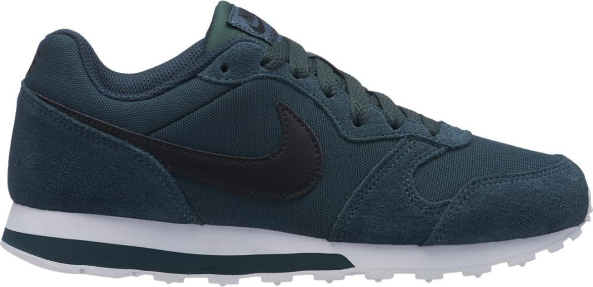 Кроссовки для мальчика Nike MD Runner 2, цвет: синий, зеленый. 807316-300. Размер 4Y (35)807316-300Кроссовки для мальчиков Nike MD Runner 2 с оригинальными деталями в ретро-стиле дополнены воздухопроницаемым сетчатым верхом с накладками из замши. Промежуточная подошва из инжектированного материала Phylon обеспечивает легкость и амортизацию. Воздухопроницаемый сетчатый верх с накладками из замши отличается прочностью. Тонкая резиновая подошва с вафельным рисунком обеспечивает надежное сцепление с поверхностью. Большой принт с логотипом Nike в традиционном стиле.