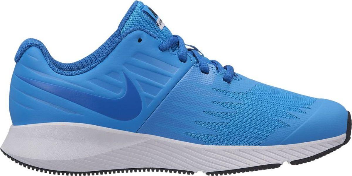 Кроссовки для мальчика Nike Star Runner, цвет: голубой. 907254-405. Размер 6,5Y (38)907254-405Функциональная модель для высокой скорости. Беговые кроссовки для мальчиков Nike Star Runner, сочетающие стремительный дизайн с функциональным низким профилем для комфорта, разработаны специально для юных атлетов. Верх из эластичного материала, с кожаными элементами для дополнительной поддержки, обеспечивает поддержку, а подметка из прочной резины дополнена вдохновленными созвездиями выступами в форме звезд. Легкая подошва из пеноматериала во всю длину стопы для адаптивной амортизации.