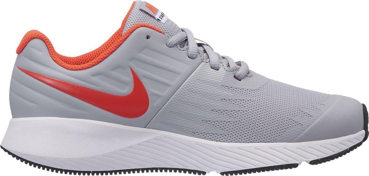 Кроссовки для мальчика Nike Star Runner, цвет: серый. 907254-003. Размер 6,5Y (38)907254-003Функциональная модель для высокой скорости. Беговые кроссовки для мальчиков Nike Star Runner, сочетающие стремительный дизайн с функциональным низким профилем для комфорта, разработаны специально для юных атлетов. Верх из эластичного материала, с кожаными элементами для дополнительной поддержки, обеспечивает поддержку, а подметка из прочной резины дополнена вдохновленными созвездиями выступами в форме звезд. Легкая подошва из пеноматериала во всю длину стопы для адаптивной амортизации.