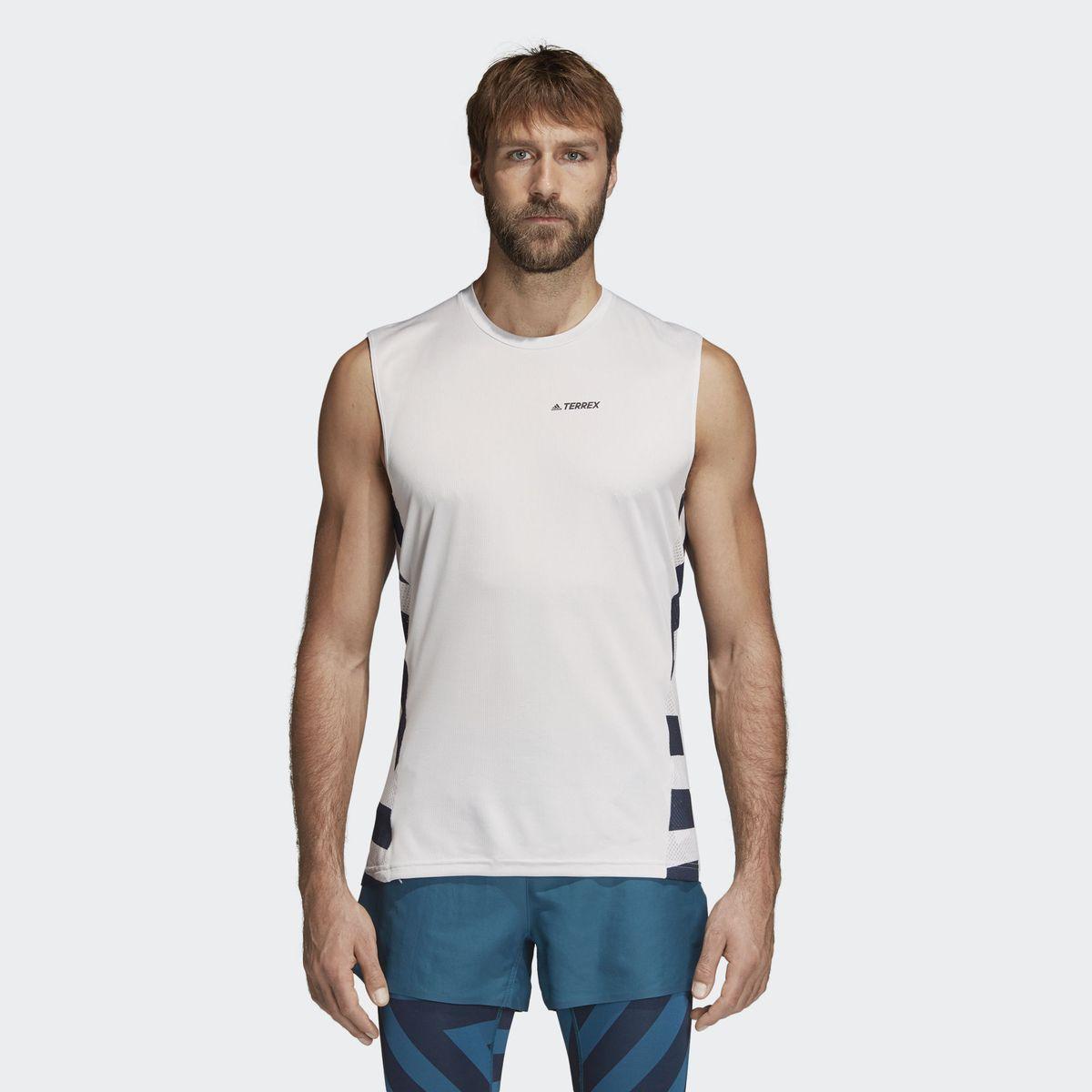 Майка мужская adidas Agravic Top, цвет: светло-серый. CG2479. Размер 54CG2479На природе ежедневные заботы отходят на второй план и ты живешь настоящим - каждую минуту, каждую секунду. Создавайте себя. Двигайтесь только вперед. В этой мужской майке вам будет комфортно и свежо покорять скалы или пологие тропы. Технология Climalite позволяет ткани быстро высыхать, а приталенный крой и дизайн без рукавов обеспечивают полную свободу движений. adidas заботится об окружающей среде при производстве товаров. Модель выполнена из волокна, созданного в коллаборации с Parley for the Oceans. Parley Ocean Plastic перерабатывается из пластика, собранного на пляжах и в прибрежных поселениях, до того как он попадет в океан.Технология Climalite отводит излишки влаги, обеспечивая комфортное ощущение сухости в любых условиях.Круглый ворот.Модель без рукавов.Наклонные боковые швы.Геометрический принт на спине; логотип Terrex на груди.Приталенный крой, плотнее облегающий корпус.