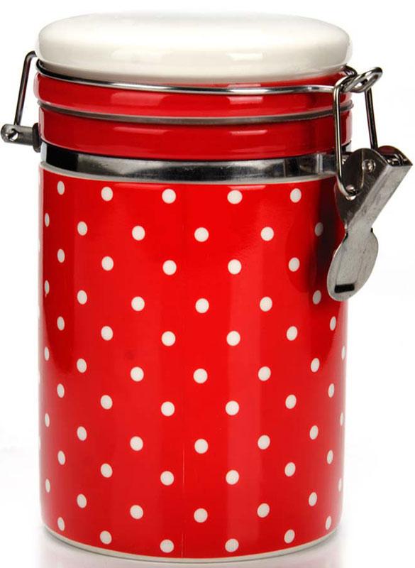 Банка для сыпучих продуктов (герметичный контейнер) LORAINE изготовлена из прочной БИО и ЭКО доломитовой керамики красного цвета с белым горохом.  Банка прекрасно подойдет для хранения различных сыпучих продуктов: специй, чая, кофе, сахара, круп и многого другого.  Крышка герметично закрывается с помощью металлического зажима-клипсы, дольше сохраняя свежесть продуктов. Гладкая и ровная поверхность обеспечивает легкую очистку.  Такая банка не только сэкономит место на вашей кухне, но и украсит интерьер.  Оригинальный дизайн и красивое оформление позволит сделать ее отличным подарком на любой праздник. Подходит для использования в холодильнике.  Подходит для мытья в посудомоечной машине.