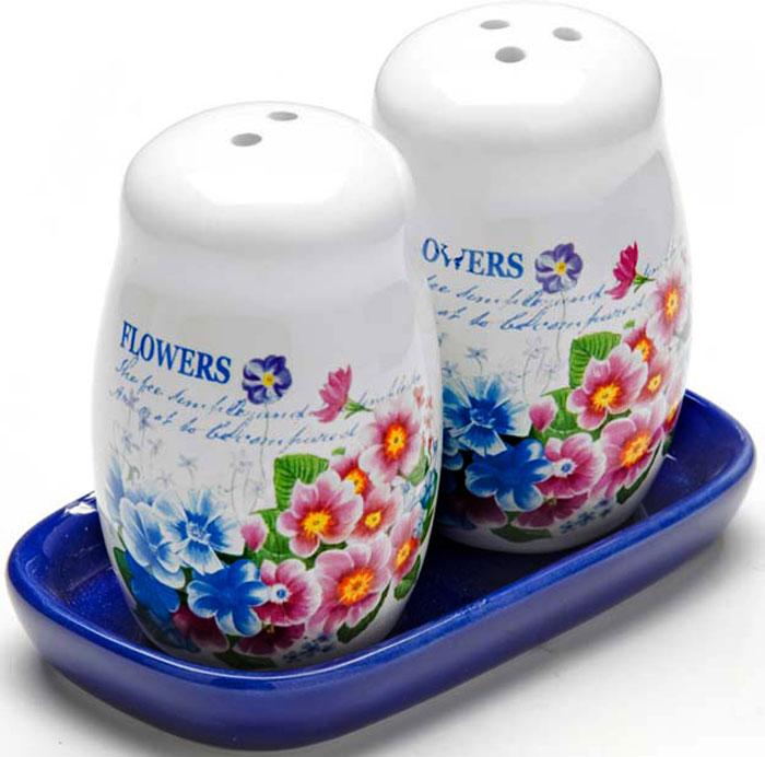 Набор для специй состоит из солонки и перечницы на подставке. Предметы набора выполнены из высококачественной доломитовой керамики и оформлены стильным рисунком. Дизайн, эстетичность и функциональность набора позволят ему стать достойным дополнением к кухонному инвентарю. Подходит для мытья в посудомоечной машине.