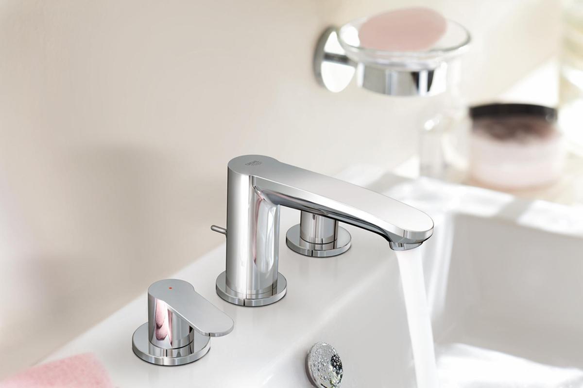 """Если вам необходим смеситель для ванной комнаты высшего класса с экстравагантным дизайном, Вам идеально подойдет данная модель GROHE Eurostyle Cosmopolitan. Его оригинальная конструкция с рычагом, расположенным сбоку, идеальным образом дополняется изливом в современном стиле. Глянцевое хромированное покрытие отличается высокой устойчивостью к истиранию, а также быстро и легко очищается Металлический рычаг.Керамические вентили 1/2"""", 90°.GROHE StarLight хромированная поверхность.GROHE QuickFix быстрая монтажная система.Излив с аэратором.Сливной гарнитур 1 1/4"""".Усиленная гибкая подводка.Между корпусом и боковыми вентилями.Гайка подключения с отверстием 10,5 мм."""