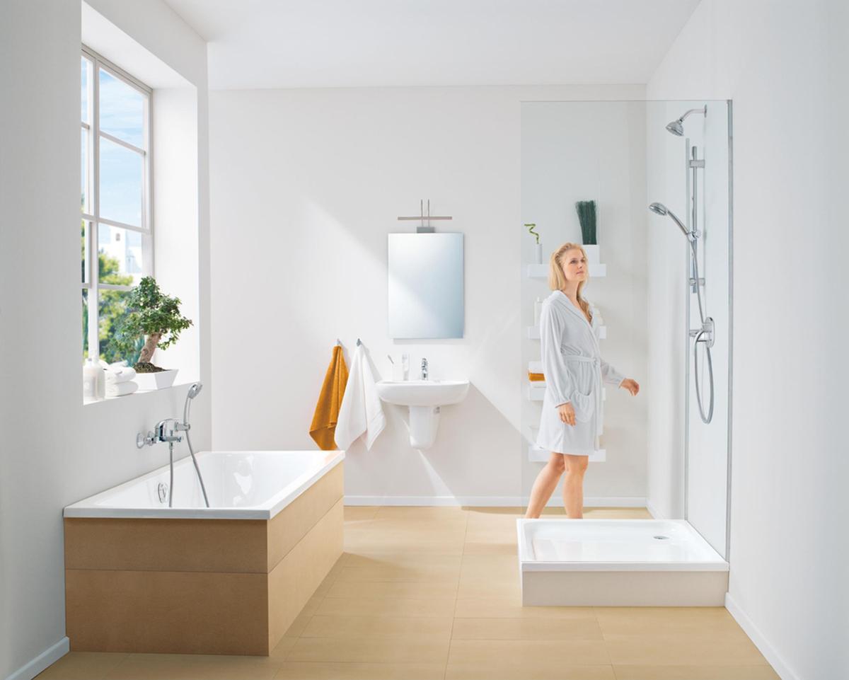 """Смеситель для ванны """"BauCurve"""". У смесителя настенный монтаж, металлический рычаг, керамический картридж 46 мм. Хромированная поверхность.  Есть регулировка расхода воды, возможность установки минимального расхода 2,5 л/мин. У смесителя автоматический переключатель: ванна/душ, аэратор, скрытые S-образные эксцентрики, отражатель из металла, дополнительный ограничитель температуры."""