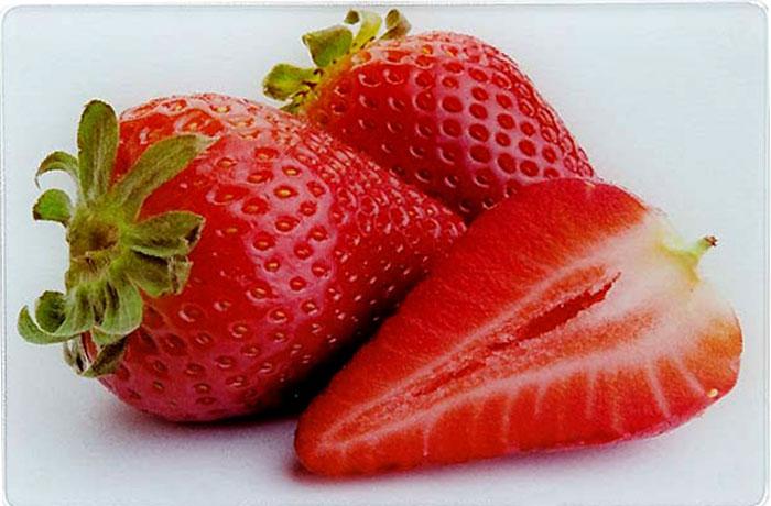 Многофункциональная кухонная разделочная доска выполнена из прочного термостойкого стекла с ярким и красочным рисунком. Удобная и практичная, она станет прекрасным дополнением к набору Ваших кухонных принадлежностей. Стеклянная доска идеальна для разделки сырого мяса или рыбы, нарезки овощей, фруктов и даже для раскатки теста. За счет свойств стекла, доска не впитывает запахи и способна выдержать длительное использование. Также эту разделочную доску можно использовать как красивый поднос или как подставку под горячее. Прочная стеклянная поверхность устойчива к воздействию высоких температур, а также к сколам и царапинам. Оригинальный, стильный дизайн этой разделочной доски украсит любой кухонный интерьер. Доску легко мыть теплой водой с моющим средством. Подходит для мытья в посудомоечной машине.