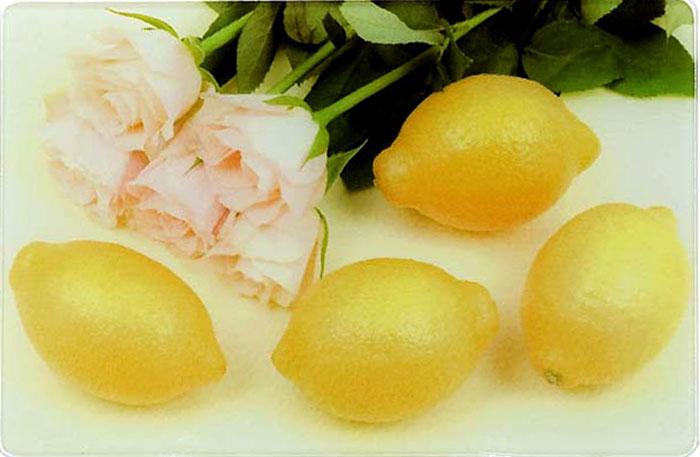 Доска разделочная Mayer & Boch Лимон. 23301-123301-1Многофункциональная кухонная разделочная доска выполнена из прочного термостойкого стекла с ярким и красочным рисунком. Удобная и практичная, она станет прекрасным дополнением к набору Ваших кухонных принадлежностей. Стеклянная доска идеальна для разделки сырого мяса или рыбы, нарезки овощей, фруктов и даже для раскатки теста. За счет свойств стекла, доска не впитывает запахи и способна выдержать длительное использование. Также эту разделочную доску можно использовать как красивый поднос или как подставку под горячее. Прочная стеклянная поверхность устойчива к воздействию высоких температур, а также к сколам и царапинам. Оригинальный, стильный дизайн этой разделочной доски украсит любой кухонный интерьер. Доску легко мыть теплой водой с моющим средством. Подходит для мытья в посудомоечной машине.
