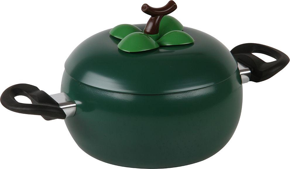 Кастрюля с крышкой коллекция Vegetto - оригинально декорированная кастрюля в форме перца приятного зеленого цвета. Изготовлена из качественной и прочной углеродистой стали. Дополнительное декорирование выполнено из термостойкого пластика. Внутри кастрюля имеет антипригарное покрытие, которое позволяет готовить с небольшим количеством масла. Имеет удобные ручки со специальными вставками, которые позволят с особым удобством перемещать кастрюлю с места на место. Такая кастрюля благодаря неординарному дизайну не только поднимет настроение, но и послужит украшением кухни. Можно использовать для любых видов плит, кроме индукционных. Не использовать в духовке, чистить неабразивными моющими средствами. Поставляется с ручками в комплекте, инструкция прилагается.   Диаметр 18 см, объем 2,2 л. Размеры: 33,5 х 20 х 15,5 см.