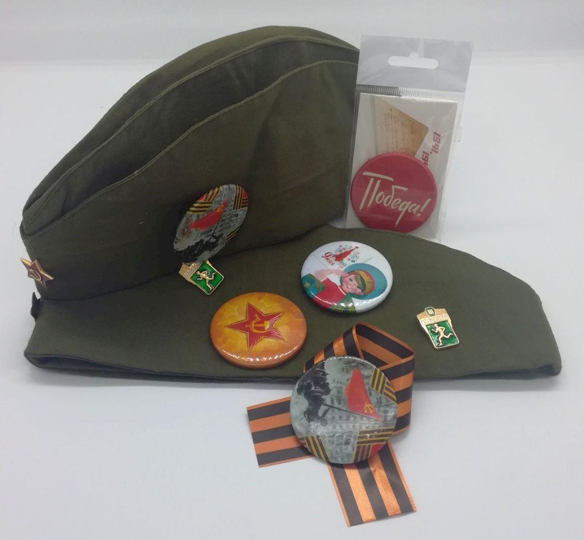 """Сувенирный комплект """"Даринчи"""" включает в себя: оригинальную пилотку, набор значков и гвардейскую ленточку. Значки выполнены из нержавеющей стали."""