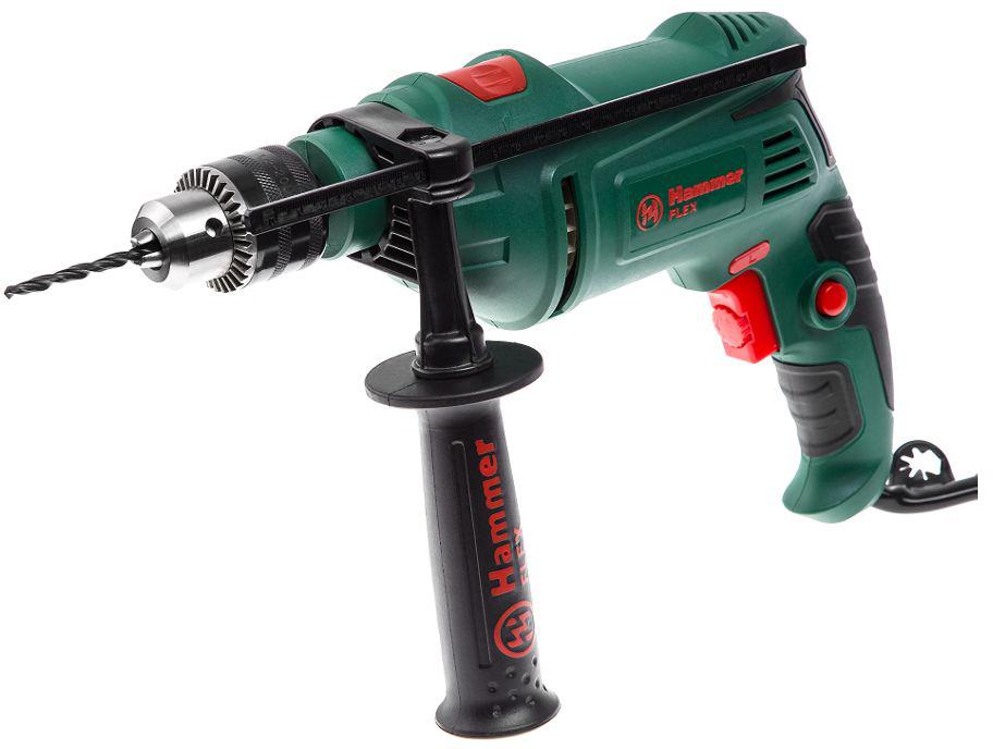 Дрель ударная Hammer Flex UDD950D, 950 Вт315794Дрель ударная Hammer Flex UDD950D оснащена ключевым патроном, что увеличивает надежность крепления оснастки в патроне (особенно при бурении), а, следовательно, гарантирует безопасностьВ зависимости от плотности материала, регулировка скорости вращения позволяет начать работу на малых оборотах (т.е. медленном сверлении), а в дальнейшем, при необходимости, увеличивать частоту вращения для качественной обработки материалаБлагодаря наличию реверса, ударную дрель можно использовать как шуруповертОсновная рукоять с антискользящим резиновым протектором снижает вибрацию при работе