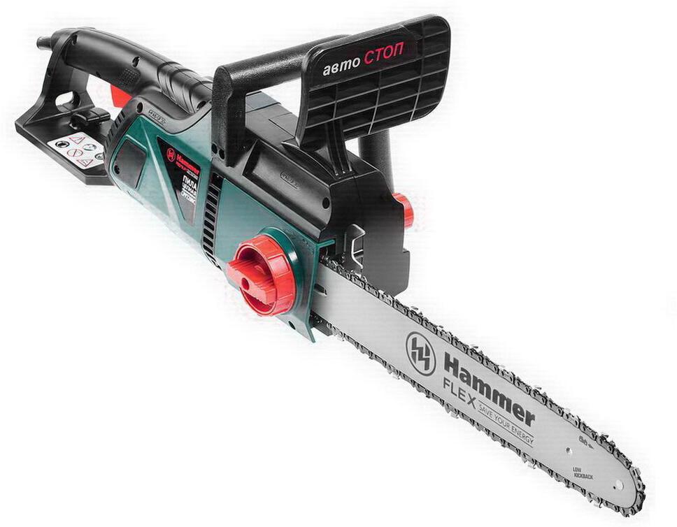 """Hammer """"Premium Cpp2200С"""" отличается продольным расположением двигателя, что делает инструмент таким компактным. Центр массы сдвинут в сторону от оператора, что значительно снижает нагрузку на руки. Мощность — 2200 Вт, при этом вес пилы - всего 5,4 кг.Подходит для распила деревьев, заготовки дров, работ в саду.Используется на строительных площадках, в лесном хозяйстве.Справляется с продолжительными работами в режиме высокой интенсивности.Автоматика:Благодаря электронному поддержанию оборотов (816 в минуту), скорость реза остается неизменной даже при больших нагрузках.Цепь смазывается автоматически, поэтому вы не отвлекаетесь на обслуживание инструмента во время работы. Масляная смесь заливается в отверстие под колпачком сбоку.Безопасная работа:Конструкция пилы усилена стекловолокном - двигатель и корпус защищены от повреждений.Мотор быстро охлаждается за счет отверстий вентиляции.Рядом с клавишей «пуск» расположена кнопка блокировки, которую необходимо нажать для запуска инструмента. Эта функция предохраняет от случайного включения пилы.В случае обратного удара моментально среагирует тормоз в виде щитка. При отдаче он подается вперед, останавливая цепь.Простое обслуживание:Цепь натягивается поворотом регулятора, без дополнительных инструментов.Угольные щетки легко заменить, для этого нужно открыть боковые крышки, под которыми находятся щётки."""