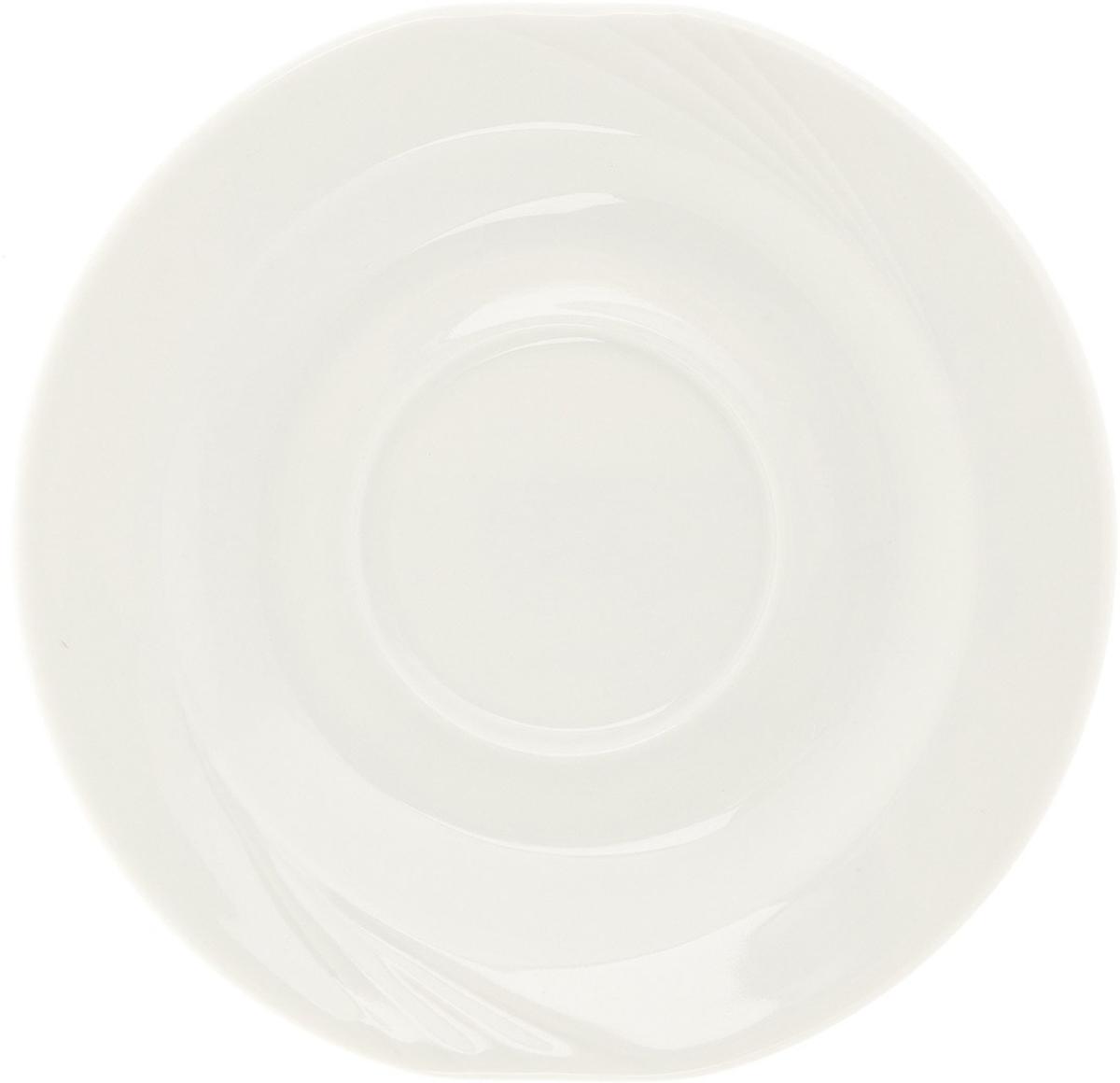 Блюдце чайное Eschenbach, цвет: белый, диаметр 15 см. 2305/47312305/4731Накопленный десятилетиями опыт и следование традициям известнейших мастеров в сочетании с новейшими технологиями производства делают фарфоровую посуду Eschenbach настоящим символом утонченного качества, произведением искусства, признаком хорошего вкуса.Представители компании своей основной задачей считают помощь владельцам ресторанного и гостиничного бизнеса создавать по-настоящему красивые, уютные и элитные заведения. Огромный ассортимент позволит даже самым взыскательным покупателям подобрать что-то свое. Салатницы, соусники, отдельные блюда и множество других изделий отличаются тщательно продуманным дизайном, в котором традиции прошлого искусно сочетаются с требованиями современности. Посуда соответствует самым высоким функциональным стандартам. Она используется в микроволновых печах, прекрасно моется в посудомоечных машинах, имеет множество европейских сертификатов и является настоящим символом традиционного немецкого качества.