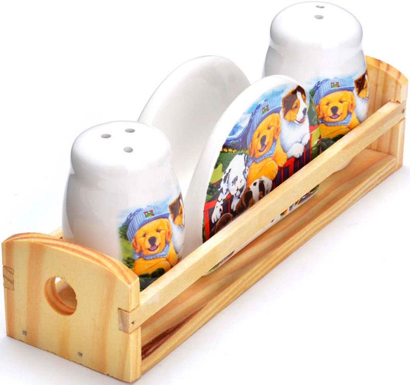 """Набор для специй Loraine """"Собачки"""" состоит из солонки, перечницы, салфетницы и деревянной подставки. Предметы набора выполнены из прочной доломитовой БИО и ЭКО керамики. Отверстия, в которые засыпаются специи, закрыты силиконовыми пробками. Благодаря своим небольшим размерам набор не займет много места на вашей кухне. Дизайн, эстетичность и функциональность набора позволят ему стать достойным дополнением к кухонному инвентарю и украсить сервировку вашего стола."""