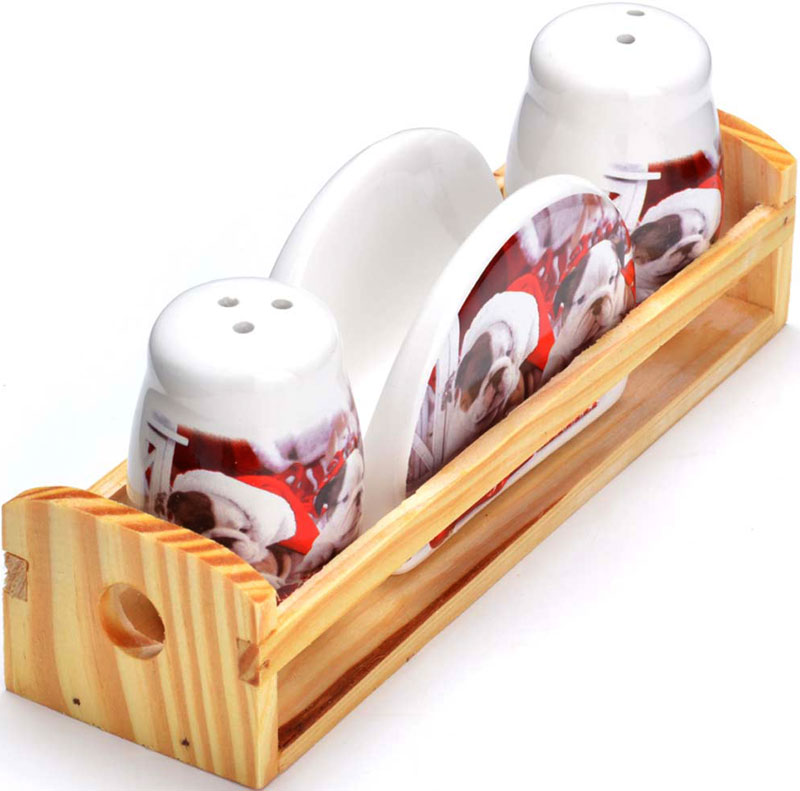 Набор для специй Loraine Собачки, 4 предмета. 2728027280Набор для специй LORAINE состоит из солонки, перечницы, салфетницы и деревянной подставки. Предметы набора выполнены из прочной доломитовой БИО и ЭКО керамики. Отверстия, в которые засыпаются специи, закрыты силиконовыми пробками. Благодаря своим небольшим размерам набор не займет много места на Вашей кухне. Дизайн, эстетичность и функциональность набора позволят ему стать достойным дополнением к кухонному инвентарю и украсить сервировку Вашего стола.