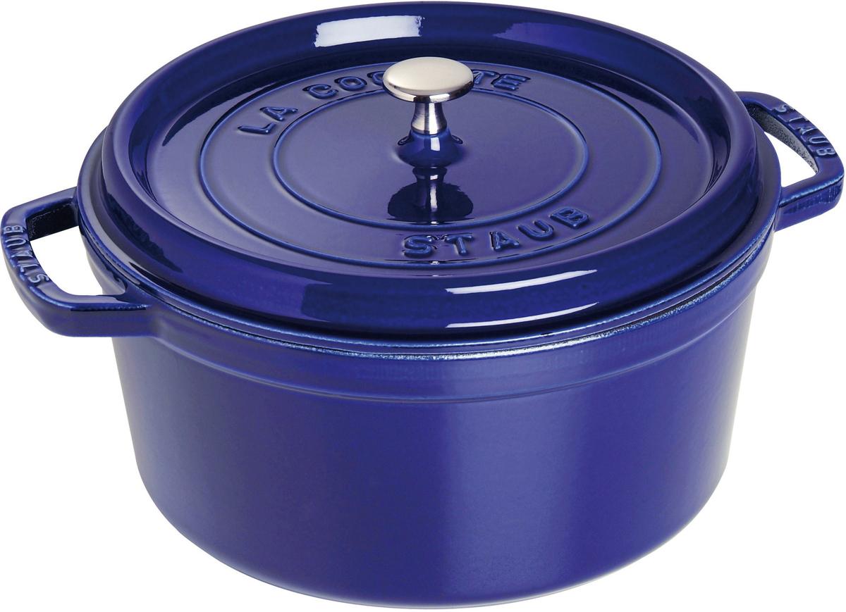 Кокот Staub, круглый, цвет: темно-синий, 6,7 л1102891Вся продукция Staub предназначена для сохранения вкусовых и питательных качеств продукта, она подходит как искусным поварам, так и любознательным дебютантам, готовым познать удовольствие от вкусной и здоровой пищи. Эмалированный чугун – это сплав обогащенного углем железа, покрытого эмалью, изготовленной на основе стекла. Это один из самых лучших материалов, который не только удерживает тепло, но и сохраняет холод. Каждое изделие имеет свои особенности и нюансы, поскольку отливается в индивидуальных формах из песка, которые разрушаются после каждого использования, эти неровности ни в коем случае нельзя воспринимать, как недостатки!Отличительные особенности Staub:• Декоративная латунная или никелевая ручка может использоваться в духовке до 200°С• Внешнее покрытие – 2 слоя эмали, чугун, внутреннее покрытие 2-слоя черной эмали • Пригодна для мытья в посудомоечной машине• Подходит для всех типов плит• Можно использовать в духовке, кроме посуды с деревянной ручкой Рекомендации по уходу за посудой:• Промойте Вашу посуду в теплой воде, дайте ей высохнуть. Смажьте внутреннюю поверхность кастрюли растительным маслом. Прогрейте ее в течение нескольких минут на медленном огне, а затем удалите остатки масла. Ваша посуда готова к использованию!• Кастрюля должна нагреваться постепенно ( так как эмалированный чугун можно использовать на индукционных варочных поверхностях, ВАЖНО при предварительным нагревании использовать треть мощности плиты в течении 5-7 минут).• Подберите величину конфорки соответствующей размеру дна Вашей посуды.• Используйте лопатки из силикона или дерева.• Не заливать горячую кастрюлю холодной водой.Объем, указаны до края кокота.