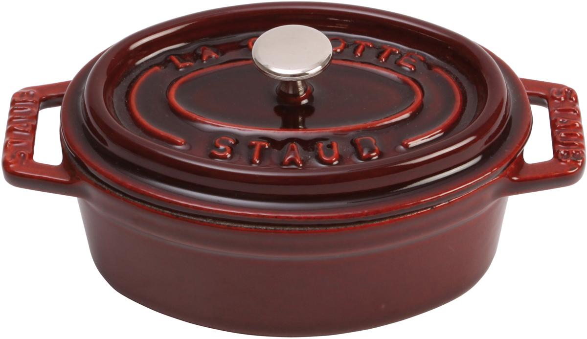 Кокот Staub, овальный, цвет: гранатовый, 5,5 л1103187Вся продукция Staub предназначена для сохранения вкусовых и питательных качеств продукта, она подходит как искусным поварам, так и любознательным дебютантам, готовым познать удовольствие от вкусной и здоровой пищи. Эмалированный чугун – это сплав обогащенного углем железа, покрытого эмалью, изготовленной на основе стекла. Это один из самых лучших материалов, который не только удерживает тепло, но и сохраняет холод. Каждое изделие имеет свои особенности и нюансы, поскольку отливается в индивидуальных формах из песка, которые разрушаются после каждого использования, эти неровности ни в коем случае нельзя воспринимать, как недостатки!Отличительные особенности Staub:• Декоративная латунная или никелевая ручка может использоваться в духовке до 200°С• Внешнее покрытие – 2 слоя эмали, чугун, внутреннее покрытие 2-слоя черной эмали • Пригодна для мытья в посудомоечной машине• Подходит для всех типов плит• Можно использовать в духовке, кроме посуды с деревянной ручкой Рекомендации по уходу за посудой:• Промойте Вашу посуду в теплой воде, дайте ей высохнуть. Смажьте внутреннюю поверхность кастрюли растительным маслом. Прогрейте ее в течение нескольких минут на медленном огне, а затем удалите остатки масла. Ваша посуда готова к использованию!• Кастрюля должна нагреваться постепенно ( так как эмалированный чугун можно использовать на индукционных варочных поверхностях, ВАЖНО при предварительным нагревании использовать треть мощности плиты в течении 5-7 минут).• Подберите величину конфорки соответствующей размеру дна Вашей посуды.• Используйте лопатки из силикона или дерева.• Не заливать горячую кастрюлю холодной водой.Объем, указаны до края кокота.
