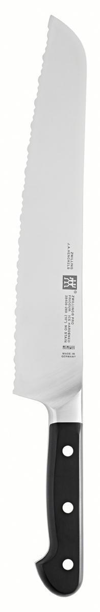 Нож хлебный Zwilling Pro, длина лезвия 26 см38406-261Изготовлен из высококачественной нержавеющей стали, рукоятка покрыта пластиком. Применяется для нарезки хлеба. Мыть теплой водой с применением жидкого моющего средства, вытирать насухо. Использовать специальную разделочную поверхность (деревянную или пластиковую). Использовать только по назначению! Не использовать в качестве открывалки или отвертки, не ронять на пол, не класть на горячие конфорки и иные источники интенсивного тепла, не резать замороженные продукты. Хранить в недоступном для детей месте.КачествоСпециальная формула стали ZWILLING J. A. HENCKELS поражает оптимальным балансом хрома и углерода: в этом состоит секрет превосходной стали. Качество ножей марки FRIODUR повышается в процессе низкотемпературной закалки. Лезвия ножей обладают прекрасными режущими свойствами, отличаются особой прочностью, стойкостью к коррозии и гибкостью.РукояткаГармоничная традиционная рукоятка с тремя заклепками изготовлена из нескользящего пластика для удобства и безопасности в использовании. ШейкаОтличный баланс и равномерное распределение веса благодаря инновационной форме и идеальным пропорциям. Безопасное положение большого пальца благодаря широкой изогнутой шейке в месте перехода рукоятки к лезвию. Режущая кромкаРежущая кромка, заточенная под углом приблизительно 30° (15° с каждой стороны), гарантирует высокую производительность резки для удовлетворения самых взыскательных требований. Технология SIGMAFORGE SIGMAFORGE - точная ковка из одной заготовки. Именно на этом этапе нож куется из цельной стальной заготовки и приобретает свою форму, подвергаясь температурному и ударному воздействию в особых условиях. На предварительном этапе нагревается лишь та часть заготовки, которая при ковке станет шейкой. Качество стали в области лезвия, не подвергающейся нагреву, не меняется. Это главное условие для особой твердости, а также сохранности остроты и гибкости ножей SIGMAFORGE.