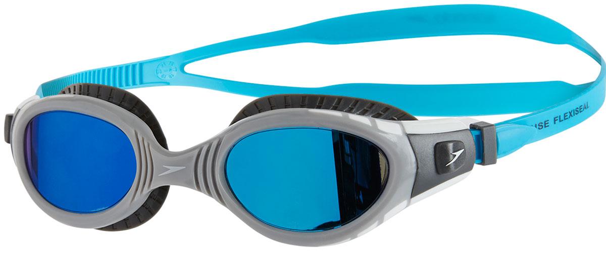 Очки для плавания Speedo Fut Biof Fseal Dual Mir Gog Au, цвет: серый, голубой8-11316C110Очки для плавания Speedo Fut Biof Fseal Dual Mir Gog Au с технологией Biofuse гарантируют еще больший комфорт во время плавания. Новый супер мягкий и более широкий уплотнитель обеспечивает комфорт вокруг глаз, уменьшает давление и минимизирует появление следов вокруг глаз после использования. Зеркальные линзы снижают яркость бликов в воде, покрытие Antifog препятствует запотеванию линз. Удобный регулируемый ремешок.