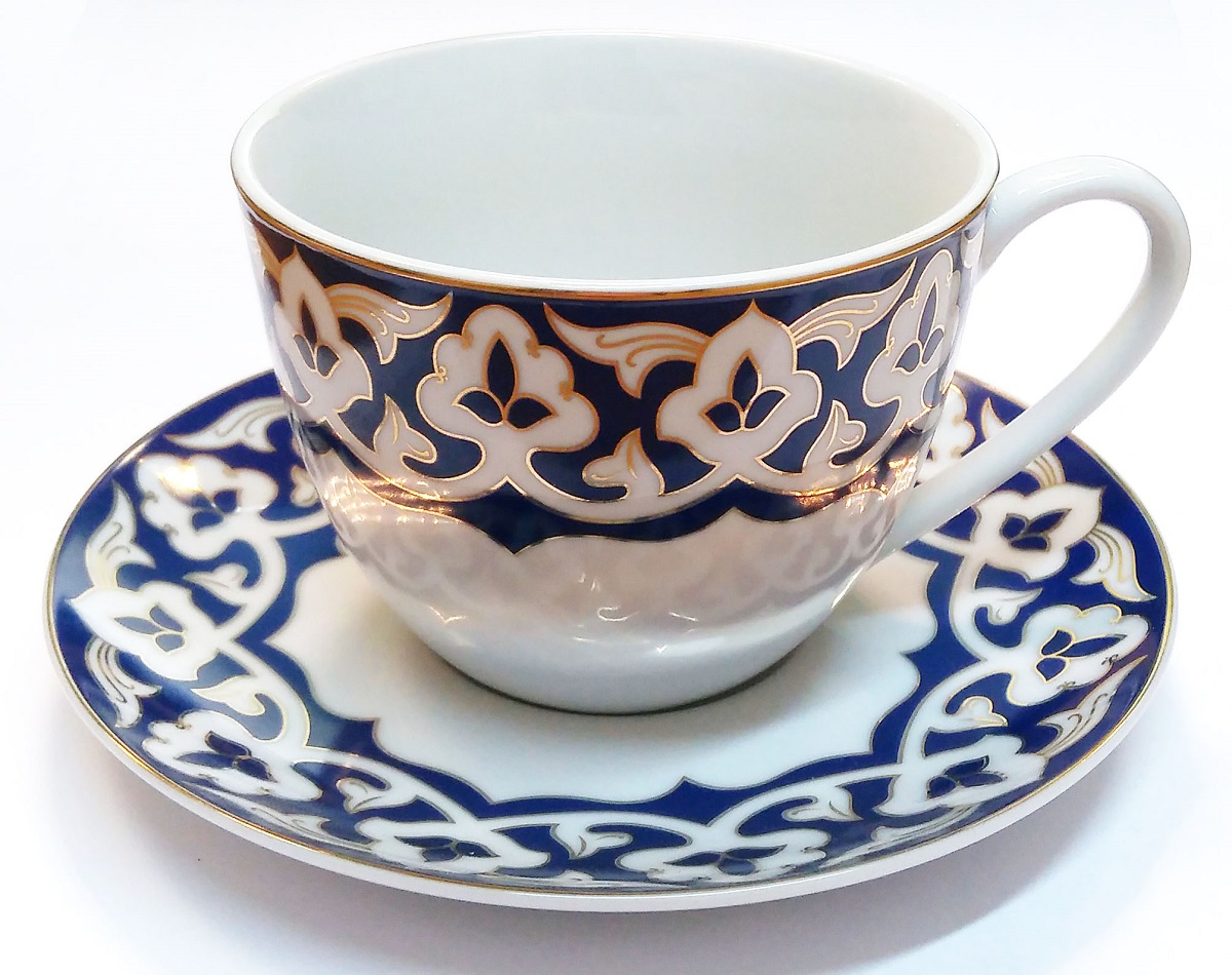 Чайная пара «Золото Востока» в подарочной упаковке выполнена из фарфора.