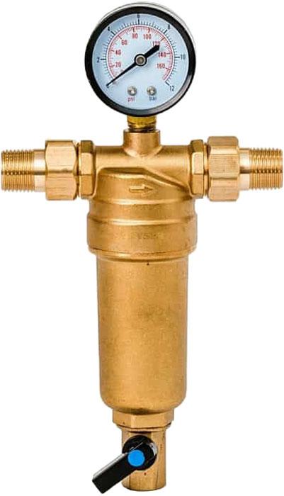 """Магистральный фильтр """"Гейзер Бастион 7508165201"""" с манометром для холодной и горячей воды 1/2""""  Фильтр с манометром для предварительной очистки холодной и горячей воды от механических примесей - частиц ржавчины, волокон пеньки, песчинок, защиты сантехники, бытовой техники подключенной к водопроводу.  Фильтр имеет компактные размеры и спроектирован для монтажа в местах с ограниченным пространством; устанавливается на горизонтальном трубопроводе чашей вниз.  Изделие состоит из корпуса, манометра и промываемого картриджа. В обычном режиме вода проходит через сетчатый элемент к выпускному отверстию корпуса. Для осуществления промывки необходимо открыть шаровой клапан, выпускающий скопившиеся на дне чаши фильтра примеси; подача воды при этом не прерывается. Фильтр имеет большой запас прочности по максимальному рабочему давлению.  Сменная фильтрующая сетка изготовлена из нержавеющей стали и, при необходимости, заменяется на другую без демонтажа фильтра. В комплекте подключения имеется американка и фитинг 3/8 JG.   Технические характеристики:  Тип соединений: наружные резьбовые Присоединительный размер: 1/2"""" Диаметр фильтра: 53 мм Обратная промывка: нет Наличие манометра: есть Наличие редуктор давления: нет Наличие компенсатора: нет Пористость фильтра: 90 мкм. Рабочее давление: до 16 атм. Температура очищаемой воды: до 80 С Материал чаши фильтра: латунь Материал корпуса: латунь."""