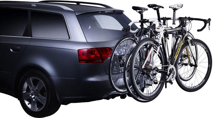 """Thule """"HangOn"""" - откидное крепление для трех велосипедов.  Особенности: - Прочное соединение, которое не требует предварительной регулировки для фиксации. - Мягкие защитные держатели рам удерживают велосипеды в установленном положении. - Компактно складывается для простоты хранения и переноски.  Максимальное количество велосипедов: 3. Грузоподъемность: 45 кг. Максимальный вес велосипеда: 15 кг. Размеры: 47 x 54 x 76 см. Размеры в сложенном виде: 47 x 20 x 81 см. Вес: 7,2 кг. Совместимые размеры рам: подходит для всех велосипедов, включая подростковые модели с колесами размером 20"""".    Гид по велоаксессуарам. Статья OZON Гид"""