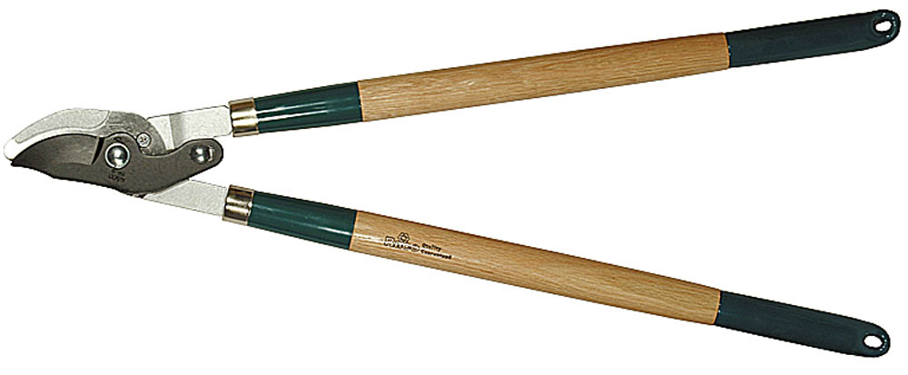 Сучкорез Raco, 2-рычажный, рез до 40 мм, 700 мм. 0921409214Сучкорез Raco предназначен для обрезки веток кустарников или деревьев. Двухрычажный механизм значительно увеличивает силу реза. Стальные ручки обеспечивают повышенную прочность изделия и гарантируют долгий срок службы. Остро заточенные лезвия со специальным покрытием RACO-Hitekflon обеспечивают легкость реза, защиту от коррозии и простоту чистки. Надежный и долговечный сучкорез профессионального уровня с резиновыми амортизаторами. Резиновый амортизатор делает процесс работы более комфортным.Размер изделия: 700 мм. Максимальный диаметр реза: 40 мм.