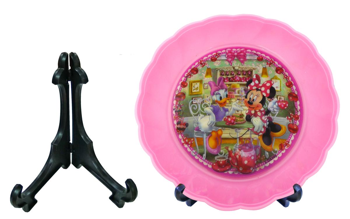 Disney Набор детской посуды Минни и Дейзи 2 предметаset151M1VНабор для еды и декорации детской комнаты с дизайном МИННИ и ДЕЙЗИ в кафе с пирожными. Тарелка 18 см из пищевого пластика глубокая + складная подставка под тарелку. Изображения на тарелке меняются одно на другое под разным углом зрения - смена интерьера. Мыть теплой водой с губкой и жидким мылом. Не рекомендуется ставить в СВЧ печь и мыть в посудомоечной машине.