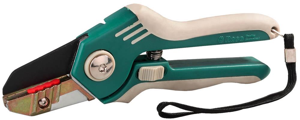 Секатор Raco, усиленный, рез до 18 мм, 200 мм. 0920109201Предназначен для обрезки сухих веток. Безупречный дизайн и эргономичные двухкомпонентные рукоятки обеспечивают высокую продуктивность и максимум комфорта при работе. Форма лезвия и упорная пластина облегчают рез. Эргономичные мягкие рукоятки из современных материалов гарантируют максимальное удобство при работе. Секатор снабжен фиксатором и ремешком для ношения на руке. В комплект поставки входит удобный чехол для ношения на ремне. Максимальный диаметр реза: 18 мм. Размер: 200 мм.
