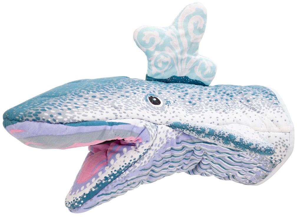 Прихватка Boston Whale, 28,6 х 12 см23234Аксессуары Boston - это то, что нужно для идеального начала дня и гармоничного оформления интерьера кухни. Кружки, декорированные ручной росписью, оригинальные держатели и подставки для столовых приборов, подносы и наборы для специй, дизайнерские прихватки - в этой коллекции есть то, чего так не зватало вам для завершения оформления кухни.